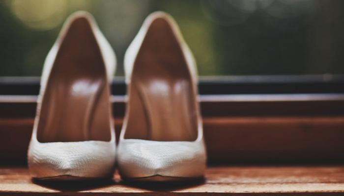 Туфли непременно должны быть удобными, приветствуется небольшой каблучок