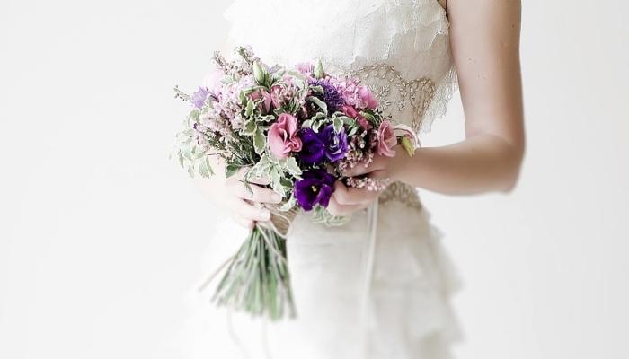 В букете невесты должны сочетаться все те же цветы пастельных оттенков, желательно с присутствием лавандового
