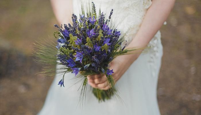 Лучший вариант свадебного букета - скромная композиция из лаванды
