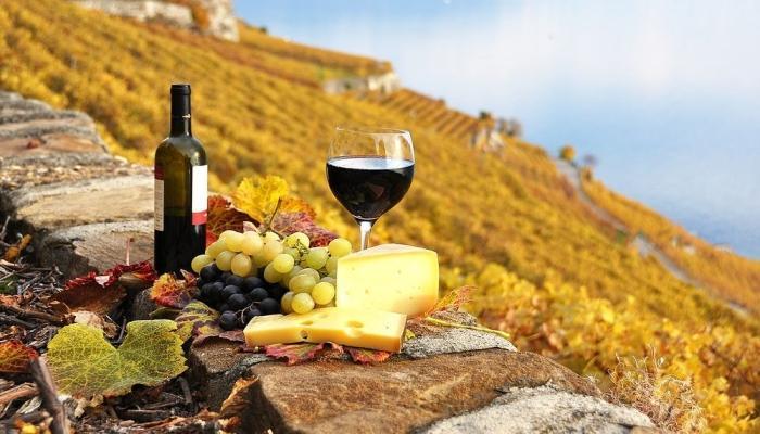 В свадебной кухне должны присутствовать классические провансальские блюда с сыром, виноградом и вином