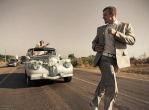 Шутливая сцена во время свадьбы в ретро стиле