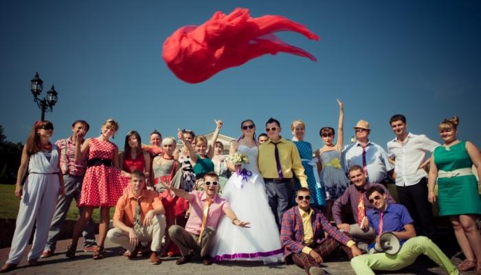 Радостные гости, наряженные для тематической свадьбы в стиле стиляг