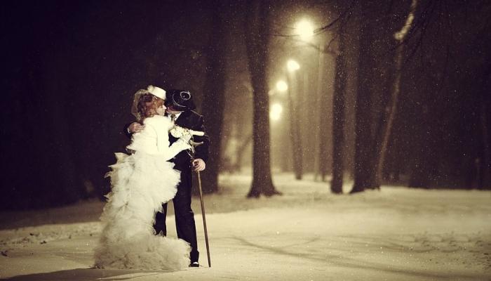 Красивое фото новобрачных в зимнее время