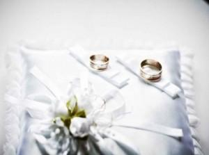 Красивые кольца Ricchezza на белой подушечке