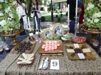 Фото с оформлением свадьбы - стол с вкусняшками