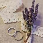 Веточка лаванды и обручальные кольца - главные атрибуты свадьбы прованс