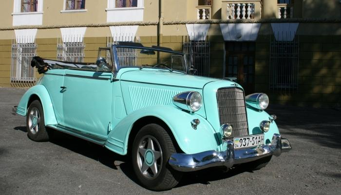 Бирюзовый ретро-автомобиль для молодоженов