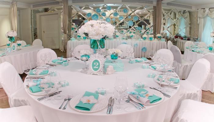 Белоснежные скатерти и бирюзовые украшения для столов на банкете