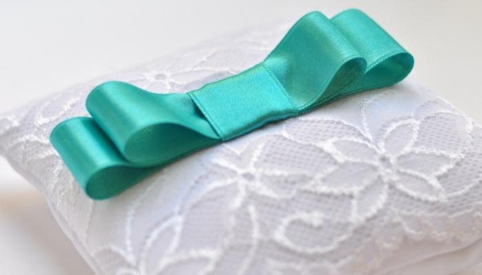 Белоснежная ажурная подушечка для колец с бирюзовым бантом