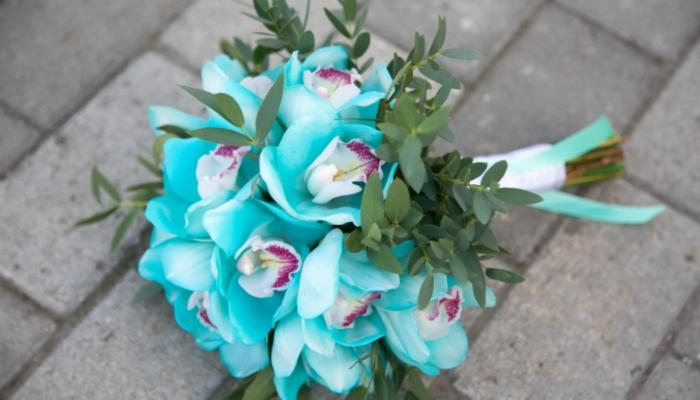 Бело-голубой букетик невесты из роскошных орхидей