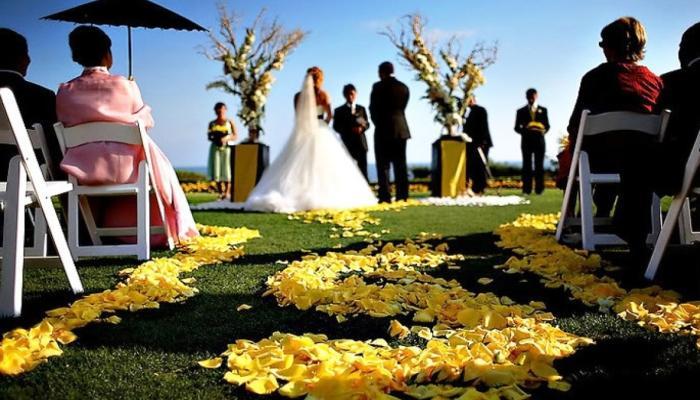 Рассыпанные лепестки роз - красивое украшение места для жениха и невесты