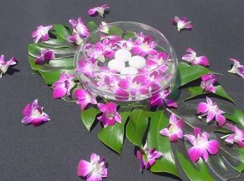 Красивая плоская ваза с плавающими розово-белыми цветами
