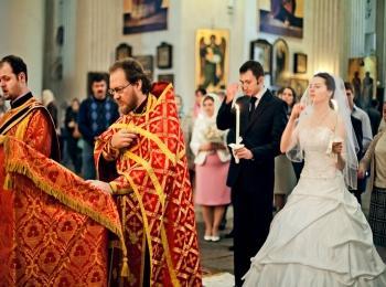 Жених и невеста во время венчания в прекрасном храме