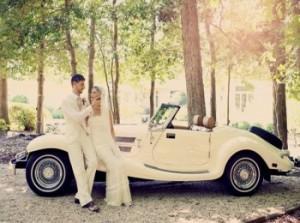 Жених и невеста рядом с ретро-автомобилем на винтажной свадьбе