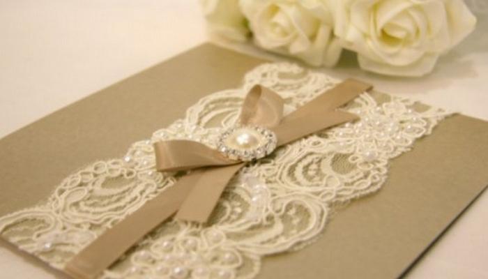 Изящное пригласительное на свадьбу с кружевом и бусинкой