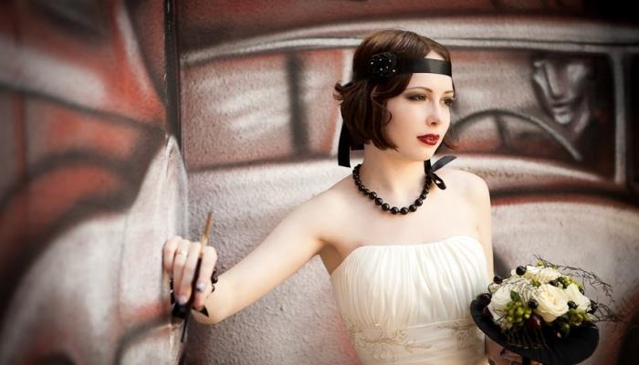 Очаровательная прочно зафиксированная прическа в стиле 20 века и черные винтажные украшения