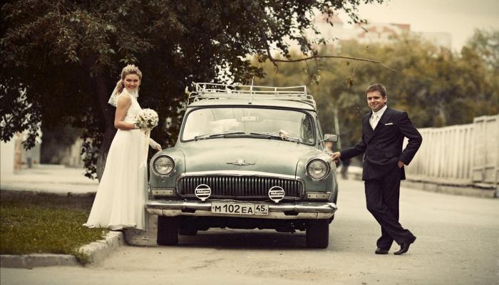 Ретро-автомобиль - обязательный элемент такой тематической свадьбы