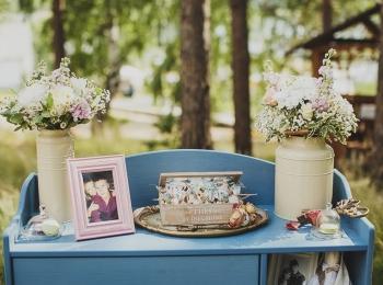Ретро-шкафчик со старыми фотографиями и цветами станет прекрасным дополнением к общему оформлению свадьбы