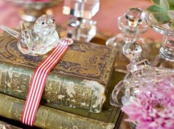 Потрепанные книги, ленты и хрустальные фигурки прекрасно впишутся в общий стиль свадьбы
