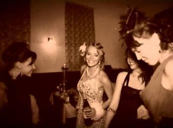 Фотография в стиле сепия с девушками, одетыми в ретро-стиле