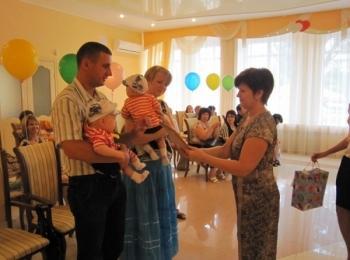Маленькие внучата тоже участвуют в проведении юбилейной свадьбы