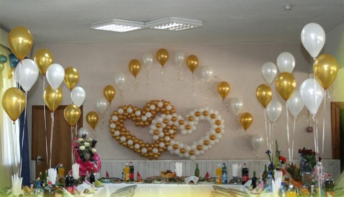 Украсить зал можно белыми и золотыми шариками