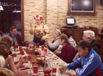 По сценарию ведущие встречают гостей на входе и только после конкурсов пускают к столу