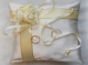 Бежевая подушечка для колец с атласными розами и узкими лентами