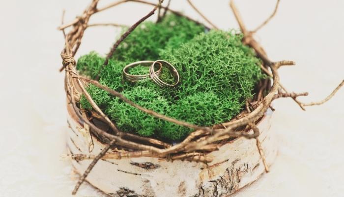 Для свадьбы рустик отлично подойдет нестандартная подушка-гнездышко