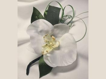 Нежная белая тканевая бутоньерка с зелеными нитями-завитками