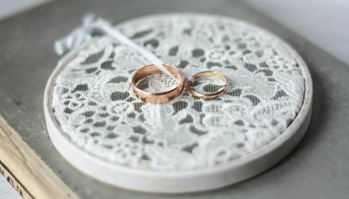 Подушечку для колец можно сделать из пяльцев - оригинальный вариант для деревенкой свадьбы