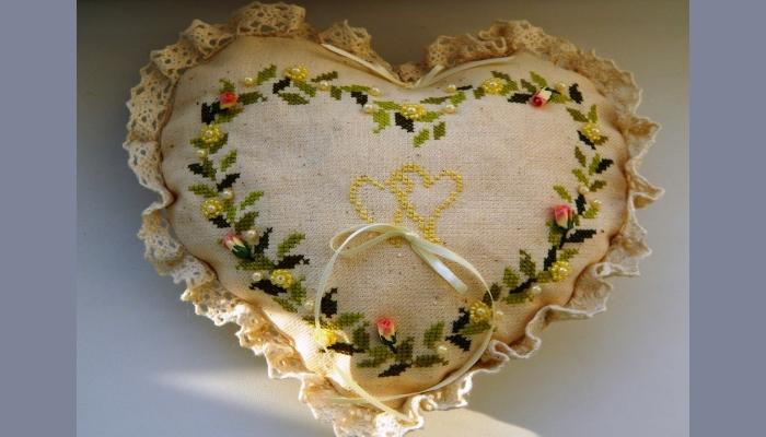 Крупная подушка под кольца с вышивкой в народном стиле