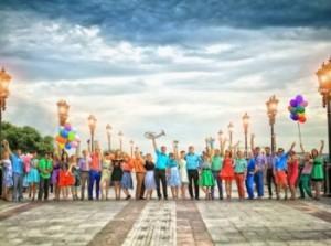 Гости и новобрачные на свадьбе в стиле Стиляг под синим небом