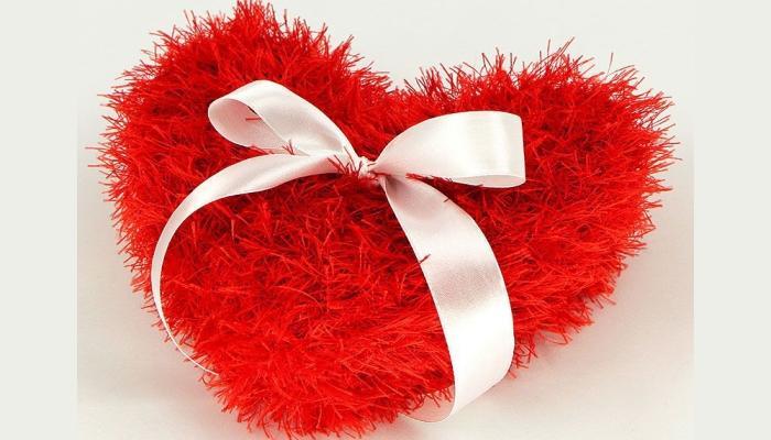 Красное пушистое сердца - интересный вариант под кольца на свадьбе love is