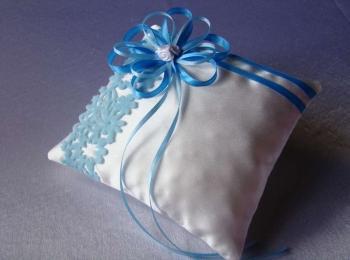 Самодельная подушка квадратной формы с голубыми ленточками
