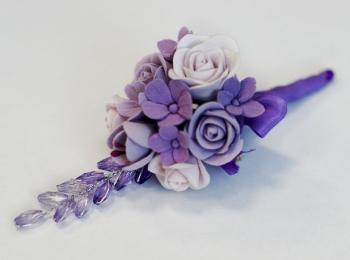 Сиреневая бутоньерка из глины с розами и другими цветами