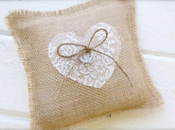 Для деревенского стиля или рустик подойдет подушка из льняной ткани