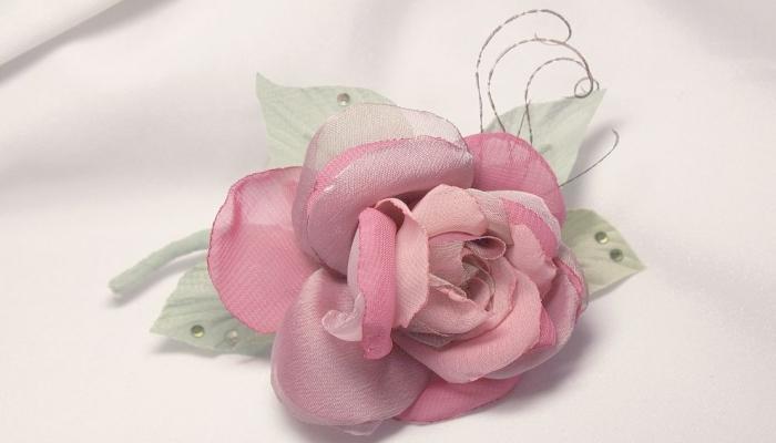 Красивая роза из ткани на бутоньерке