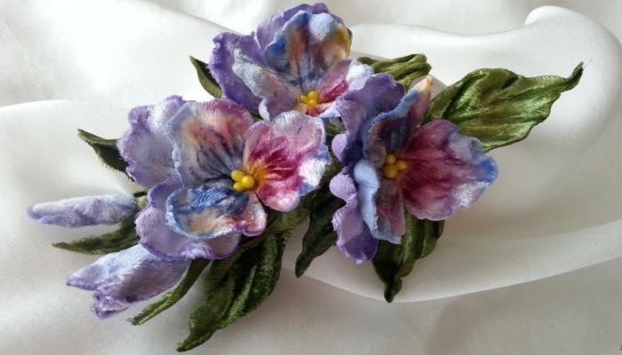 Нежные цветочки из цветной ткани - яркая бутоньерка для жениха
