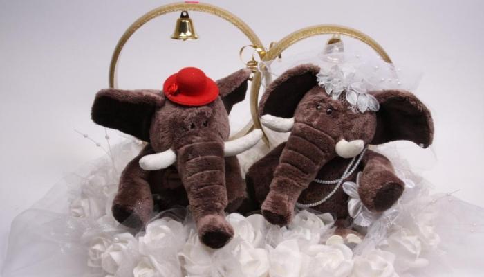 Мягкие игрушки слоники с обручальными кольцами на спинах - индийский символ благополучия