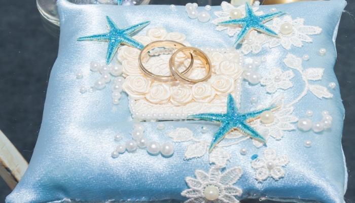 Очаровательная голубая подушечка для колец с вышитыми морскими звездами и жемчужинами