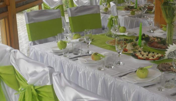 Места для гостей, украшенные сочетанием зеленых и белых оттенков