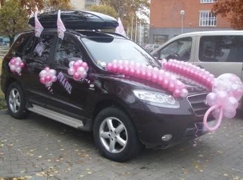 Оформление машины белыми и розовыми шариками - на крыше, капоте, зеркалах и ручках