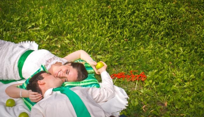 При нежелании использовать полностью зеленое платье, можно купить классический белый вариант и внести в него несколько цветовых акцентов