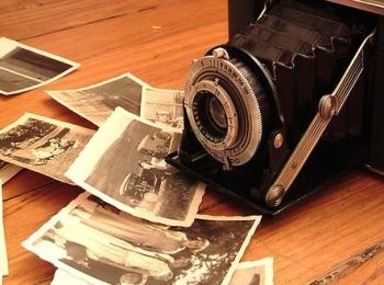 Самый дешевый вариант украшения машины - приклеить на нее открытки и фотографии из семейного архива