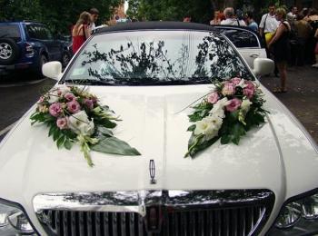 Цветочная свадебная композиция на капоте белого автомобиля