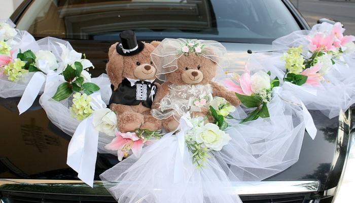 Украшать машину на свадьбу мягкими мишками или фарфоровыми куклами крайне популярно