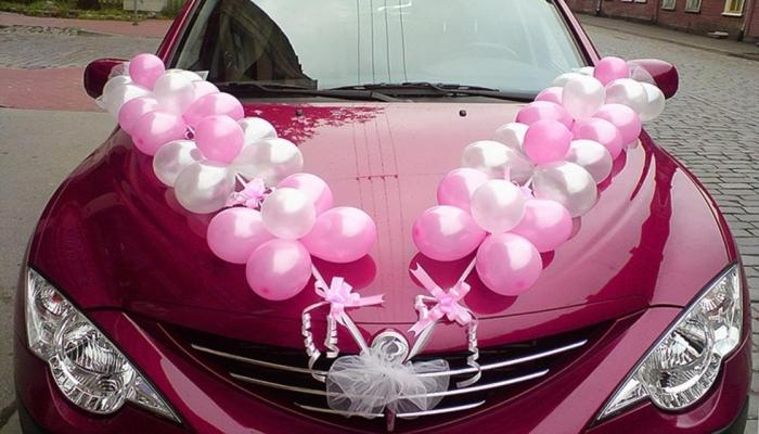 Украшение капота свадебного кортежа воздушными шариками