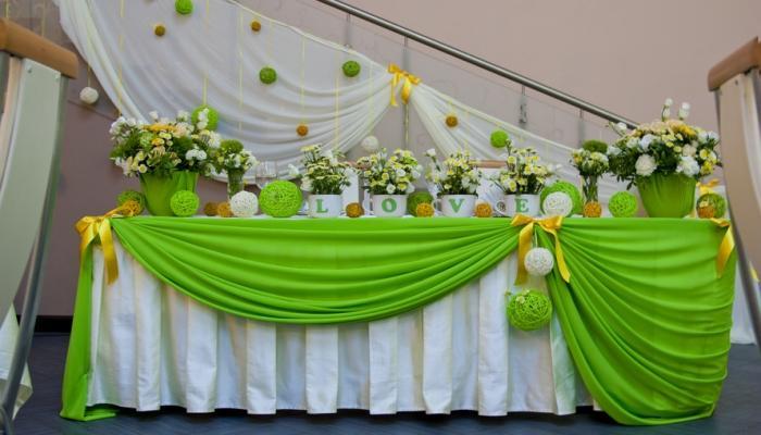 Вариант флористического украшения стола для молодоженов