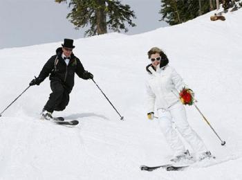 Жених с невестой на лыжах - отличное фото для любителей экстрима